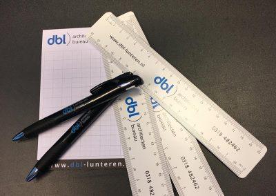 Kladblok, pennen en linialen DBL